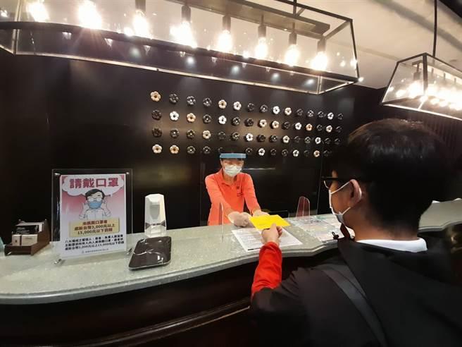 高雄御宿商旅憑黃色疫苗接種卡入住可打85折。(柯宗緯翻攝)