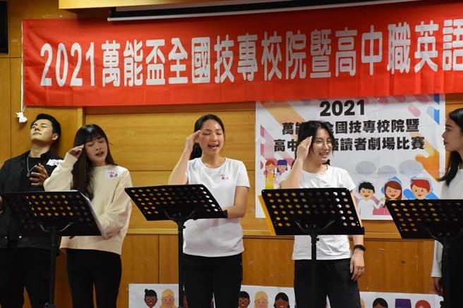 傅羽慈(左二)參加英文劇場比賽表達戲劇溝通感。(萬能科大提供/呂筱蟬桃園傳真)