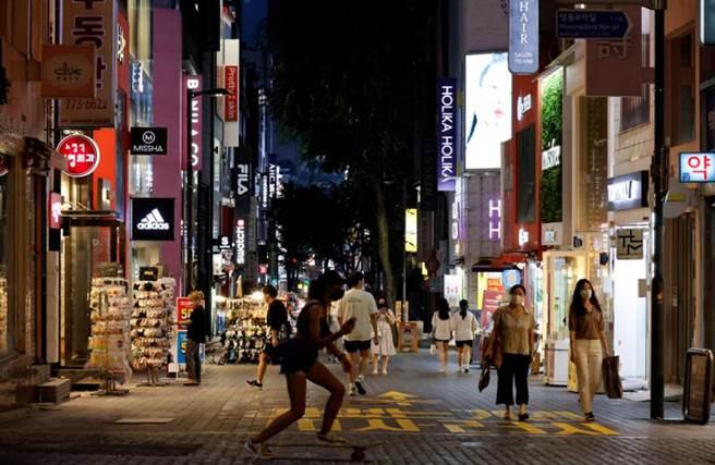 韓國疫情捲土重來,但防疫規定與舊版相比卻相對放寬,讓外界憂心。(圖/路透社)