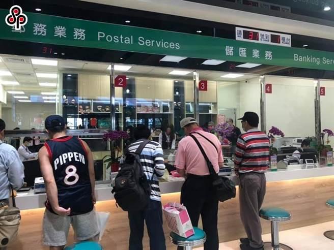 圖為民眾到郵局窗口辦理業務的情況。(圖/本報資料照片)