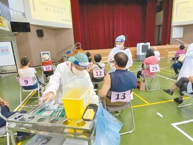 中市啟動快打站大規模接種,教育產業工會要求能儘速開放校教職員施打疫苗。(資料照片/陳淑芬台中傳真)