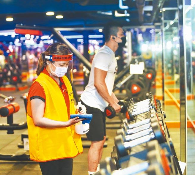 新冠肺炎國內疫情趨緩,13日起健身房微解封,知名健身品牌World Gym配合中央做好防疫措施,會員全程需戴口罩,員工在會員使用過器具後立即消毒,杜絕疫情產生。(陳怡誠攝)