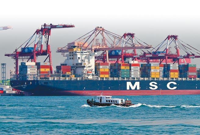 台灣經濟傳佳音,2021年6月出口連12紅,年增率高達35.1%。圖為高雄港碼頭旁大型貨輪貨櫃吊掛作業情景。(本報資料照片)