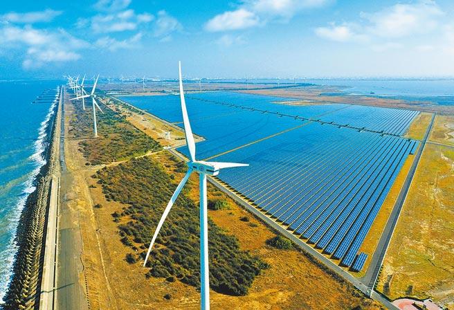 台電投入綠電,成為全台最大供給者。圖為「彰濱雙綠能」太陽光電場暨風力發電場。(台電提供)