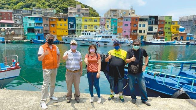台灣觀光巴士協會率先推出「微解封團」,昨天早上帶遊客走訪基隆。(台灣觀光巴士協會提供/陳彩玲基隆傳真)