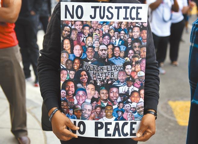 中國常駐聯合國日內瓦代表陳旭代表跨地區的50多國做了共同發言,強調國際社會對系統性種族主義不應再無所作為。圖為一位華盛頓反種族歧視示威者手拿抗議標語。(中新社)