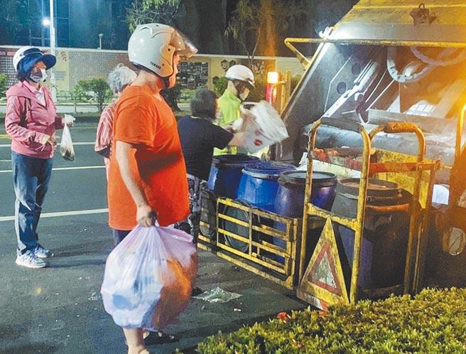 三級警戒後,嘉義市每日產出的垃圾量增加3%,加上外帶盛行,回收容器和紙餐具用量大,6月資源回收量大幅成長11%。(嘉義市政府提供/呂妍庭嘉市傳真)