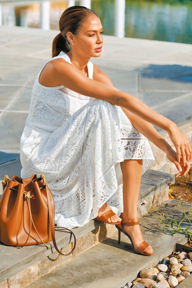 SOGO忠孝館「LAUREN孔眼蕾絲洋裝」,9480元。(SOGO提供)