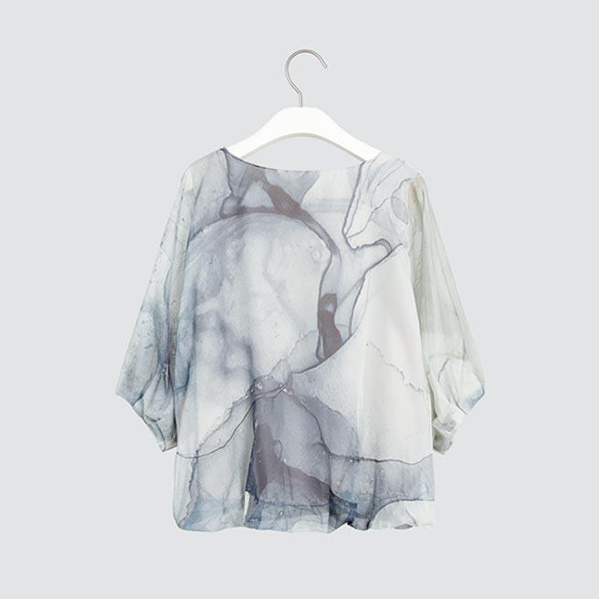 板橋大遠百「giordano ladies大理石紋澎袖上衣」,原價3880元、特惠價2716元。(遠百提供)