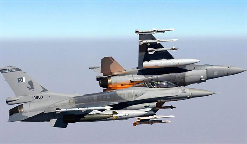 巴基斯坦有一百多架F-16,是該國空軍主力,但近年對美續購受阻,轉向中東國家購買二手F-16。圖為巴基斯坦F-16。(圖/網路)