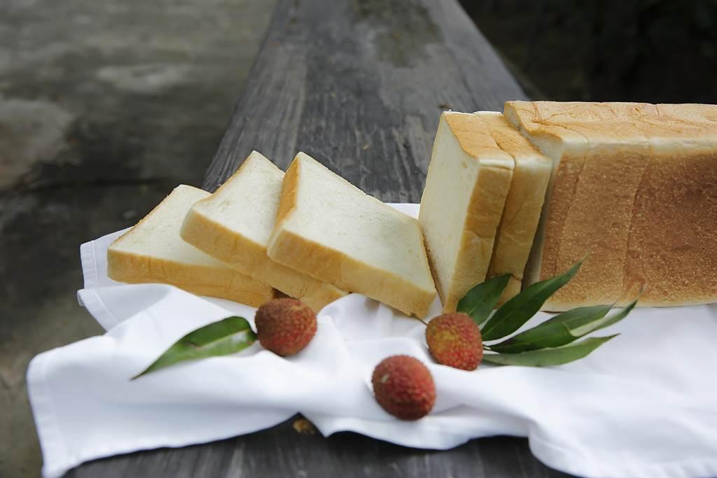 LA ONE eshop 可買到「玉荷包吐司」,單片厚度達3公分,撕下一口,荔枝蜜香氣撲鼻而來。(圖/LA ONE eshop )