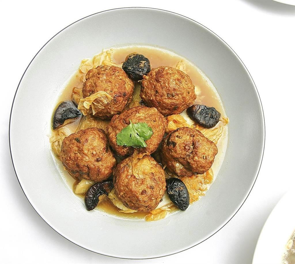 LA ONE「大白菜紅燒獅子頭」是簡天才私房菜,將絞肉肥瘦比適當,肉丸鮮嫩,白菜清甜,湯汁鮮美。(圖/LA ONE eshop)