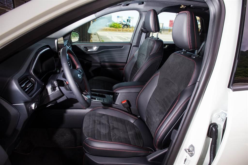 ST-Line X座椅採用類麂皮、皮革雙材質,駕駛座更提供十向電動調整。