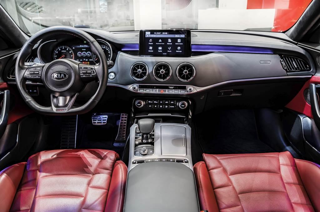內裝設計同步進化,中控台和儀表板外以鋁合金、鋼琴烤漆與鍍鉻材質交錯搭配,完美融合現代科技與造車工藝,營造個人專屬風格的車室空間。