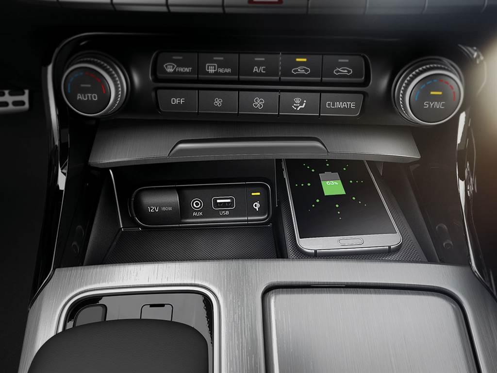 標配手機無線充電,結合無線Apple CarPlay與Android Auto連接,車上再也不用準備手機線。