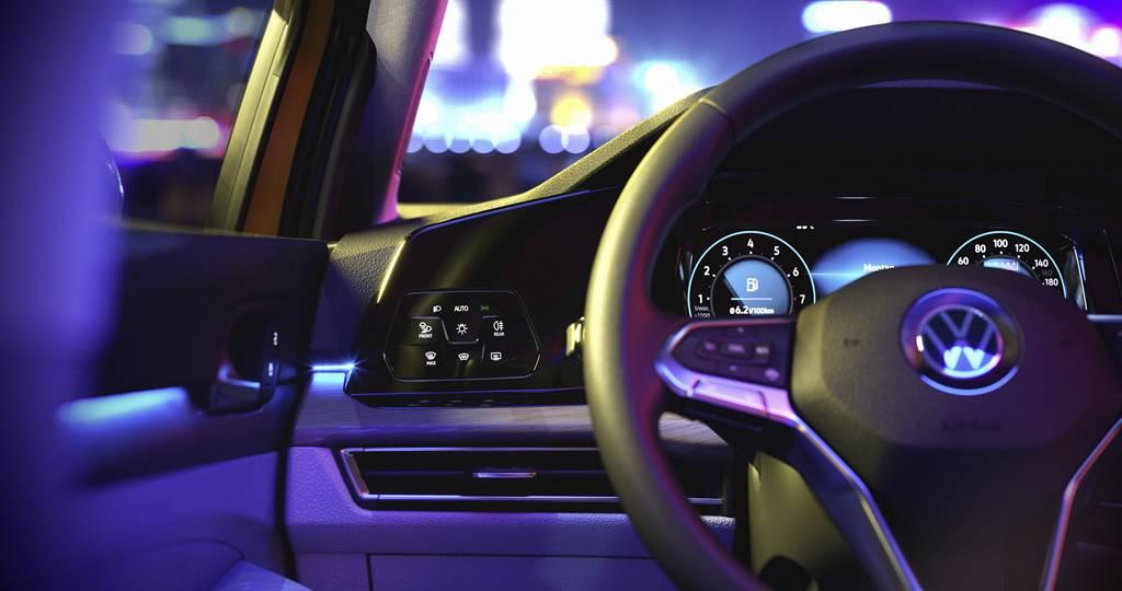 大幅採用智慧觸控式面板,同級唯一全車系標配Digital Cockpit Pro 10.25 吋全邏輯數位化儀表,搭配數位觸控燈組制面板。