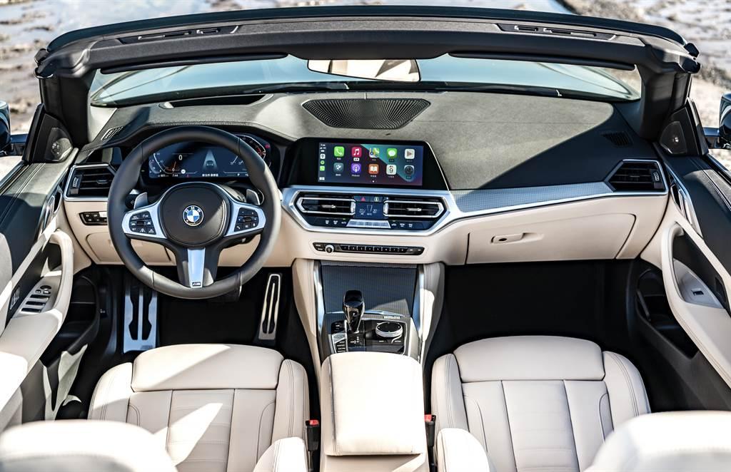 全新4系列Convertible敞篷跑車配備全新BMW全數位虛擬座艙(含12.3吋虛擬數位儀錶與10.25吋中控觸控螢幕),結合道路虛擬實境顯示功能、車況抬頭顯示器與BMW Personal CoPilot智慧駕駛輔助科技。