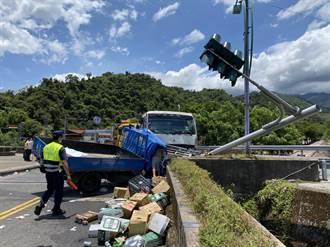 宜蘭縣泰雅大橋小貨車撞拖板車 車頭全毀5人受傷