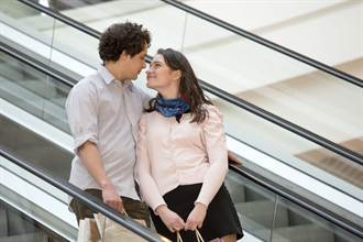 情侶搭電扶梯突然感覺來了 激情勾脖擁吻下場超慘