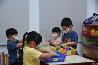 廣告業者蘇漢彬 協助偏鄉幼兒園送抗菌學習桌