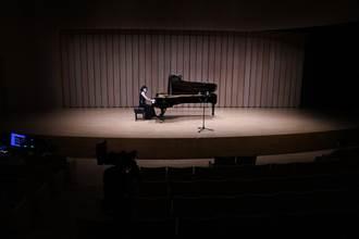 場館微解封 鋼琴家楊妮蓉舉辦無人音樂會