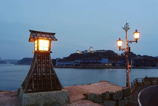 「常燈之鼻」是當時指引荷蘭船隻進港時的明燈,現在仍靜靜佇立在港邊,與平戶城遙望。 圖:平戶觀光協會/提供