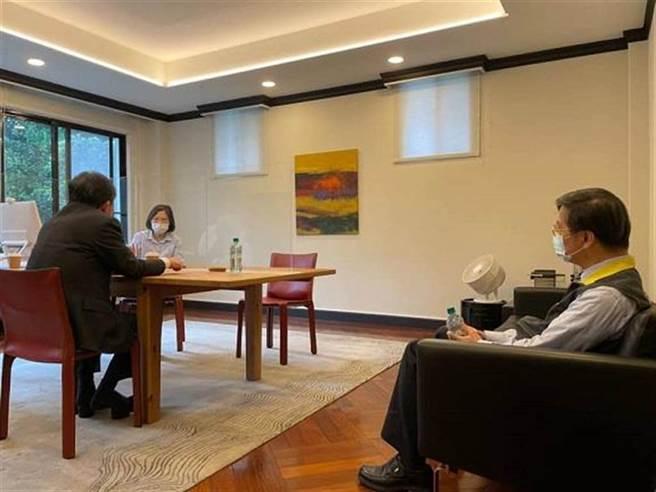 總統蔡英文5月27日在臉書貼出一張,與衛福部長陳時中見面討論防疫和疫苗進度的側拍照,當時陳的儀態引發各界熱議。(圖/取自蔡英文臉書)