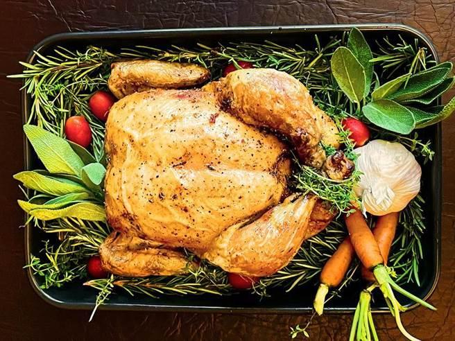 「勞瑞斯獨家調味鹽蒜香烤雞」標榜無論是手撕或用刀叉分食,都好吃。(圖/勞瑞斯牛肋排餐廳提供)