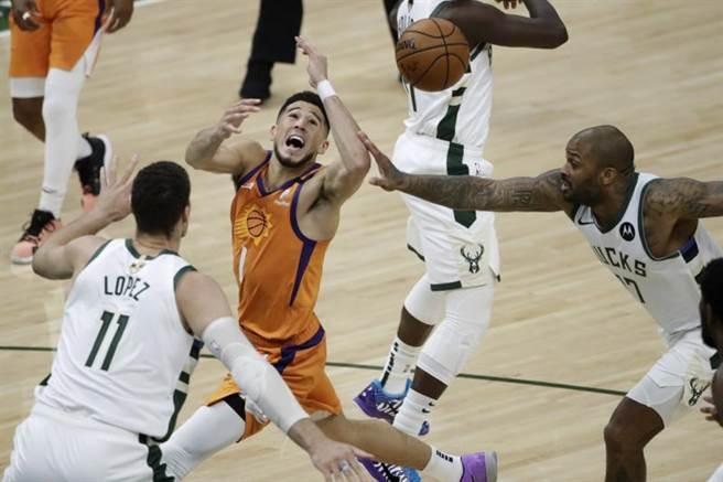 湖人球星杜德利呼籲,NBA聯盟應該引進FIBA規則來防堵漏洞,進而讓比賽更加流暢好看。(美聯社)