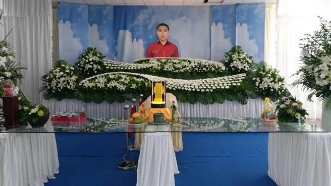 在喬友大樓火警中殉職的33歲勇消陳志帆,今天上午舉行公祭告別式。(吳敏菁攝)