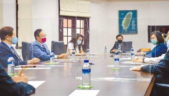 蔡英文總統(右)先前在總統府會見台積電董事長劉德音(左)及鴻海集團創辦人郭台銘(左二),談洽購BNT疫苗一事。(圖為中時資料照,總統府提供)