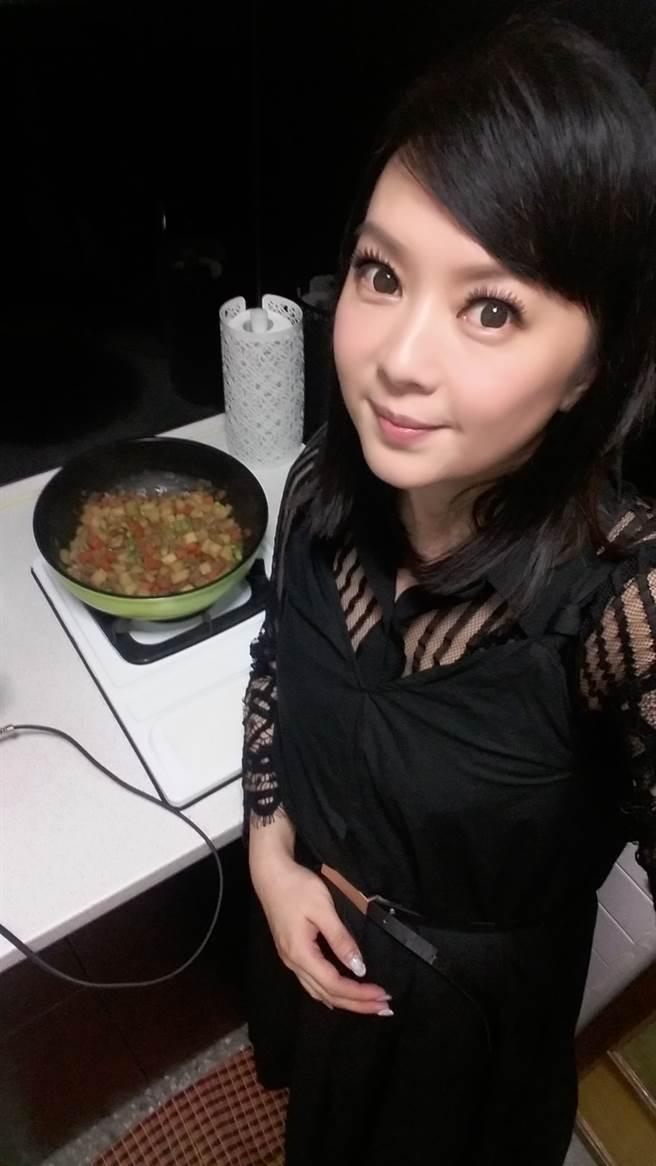 谷懷萱現在當平凡人妻,在廚房裡自得其樂。(圖/FB@我是谷懷萱)