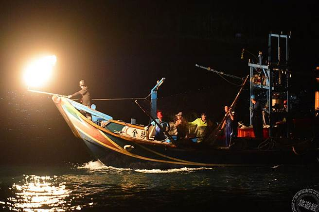 蹦火船作業(圖:新北市漁業及漁港事業管理處提供)