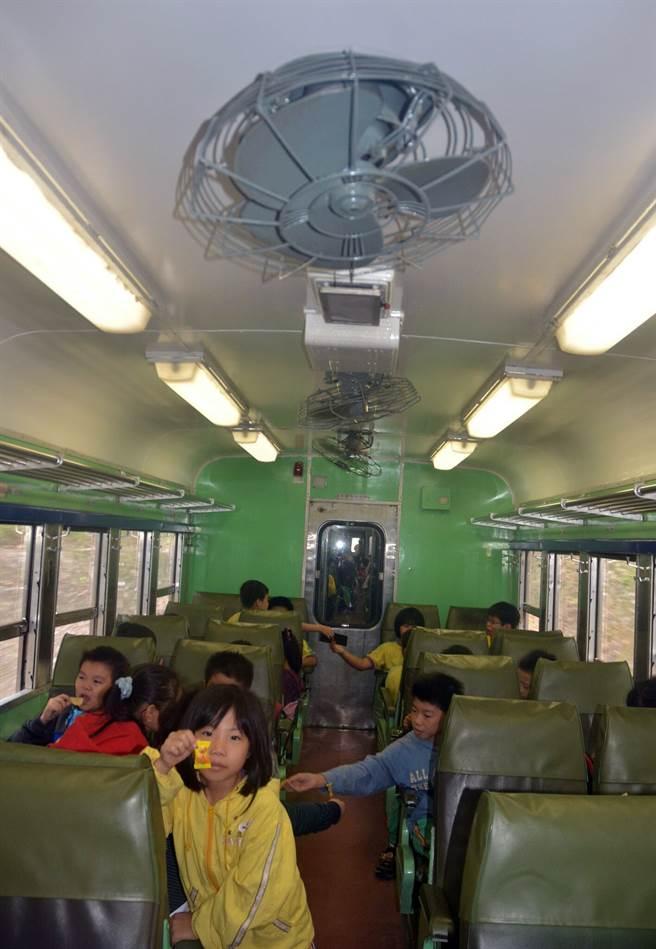 光華號車廂中還有電扇,也能開窗。(黃力勉攝)