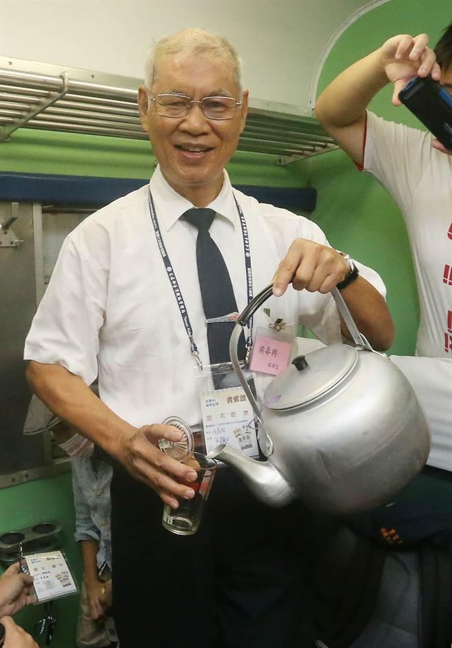 2016年,台鐵舉辦「光華50紀念活動」,紀念已走入歷史的台鐵「光華號」50周年,推出從台北經高雄到台東的紀念專開列車,並邀請曾在光華號上服務的台鐵退休同仁一同搭乘,當中現年64歲的服務生侯壽興(見圖),再次在車上示範倒茶水。(趙雙傑攝)