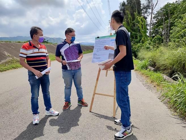 台中市議員施志昌(中)邀集相關單位會勘防汛道路,爭取裝設54支路燈。(王文吉攝)