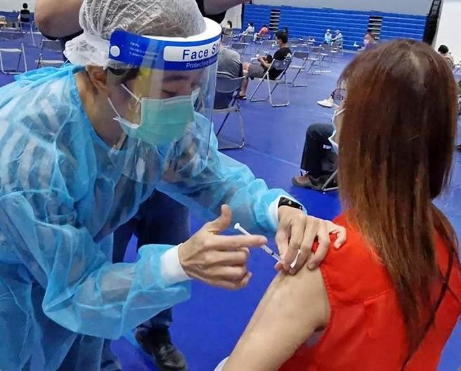 離島試辦莫德納接種專案,金門連3天共施打2619人,估計尚有約800劑餘量。(李金生攝)