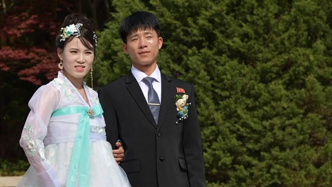 北韓最高領導人金正恩近日再度宣布年輕人若拍攝婚紗將會違反國家罪,女子穿迷你裙更被視為腦子進水。圖片為示意圖非本人(圖/shutterstock)
