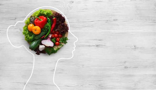 張鳳書也幫父親補充一些衛教觀念,自己計算每份蛋白質所代表的具體食物量是什麼。(示意圖/shutterstock)