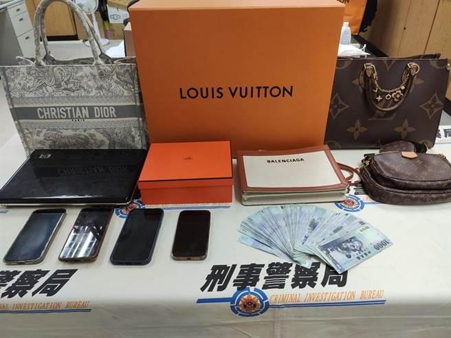 警方查獲現金、5個名牌包、手機等贓證物(翻攝照片/林郁平台北傳真)