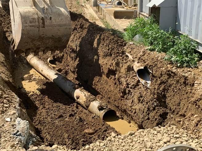 桃園地檢署專案小組日前在大雷雨中埋伏,逮捕偷排汙水的砂石業者。(檢方提供/賴佑維桃園傳真)
