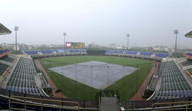 原訂今天在斗六棒球場進行的富邦悍將與樂天桃猿之戰,因雨延賽。(中職提供)