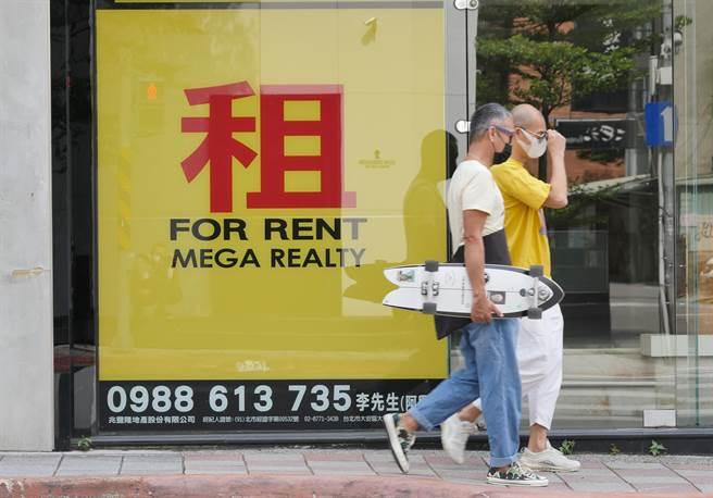 台灣經濟榮景只靠半導體,美媒曝:這產業慘況被掩蓋。圖為民眾經過大型租屋看板。(圖/本報資料照)