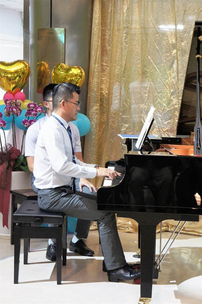 馬惠明是才子型醫師,彈得一手好鋼琴,他希望從雲林卸任時可以開一場鋼琴獨奏會,圖為2017年雲林分院獲贈一台百萬鋼琴,他上場示範。(周麗蘭攝)