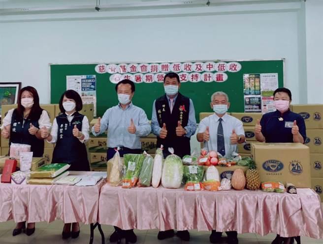 嘉義縣長翁章梁(左三)感謝慈濟基金會的大愛。(張亦惠攝)