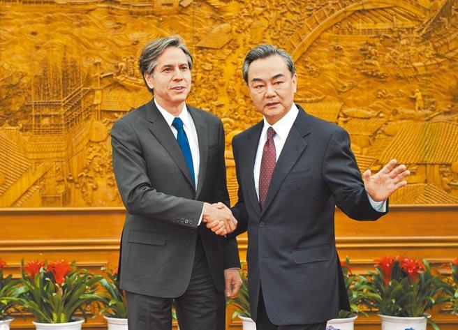 中美兩國外事部門副手近期將會面,替美國國務卿布林肯(左)與中國國務委員兼外長王毅會面鋪路。圖為兩人2015年會面合影。(新華社)