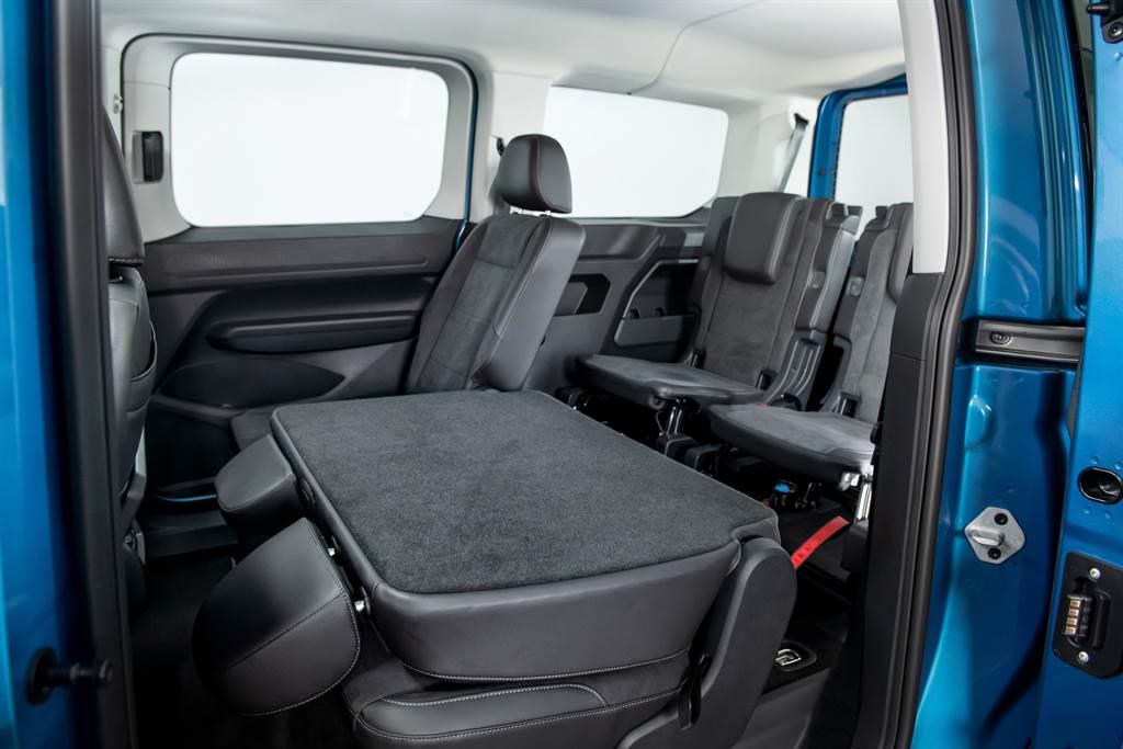 後座二、三排座椅皆可輕鬆折疊、拆卸,不只進出更便利,也打造出多變的車室空間,最大載物空間可達3,105公升。