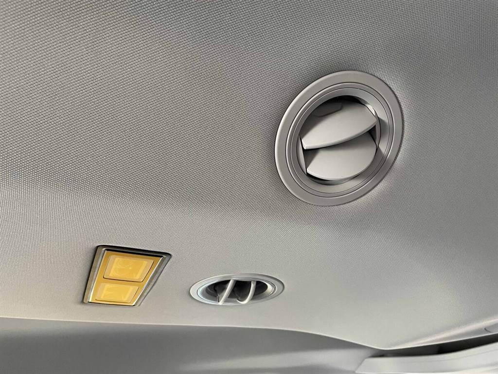 全新Caddy Maxi車室座艙整合許多便利的大型儲物空間設計、配置同級唯一第二、三排座椅車頂出風口。