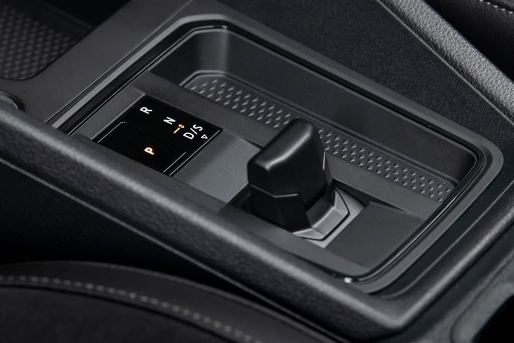 動力換裝新世代引擎之外,變速系統也換上福斯集團最新DQ381 7速雙離合器自手排變速箱,以及電子線傳排檔桿。
