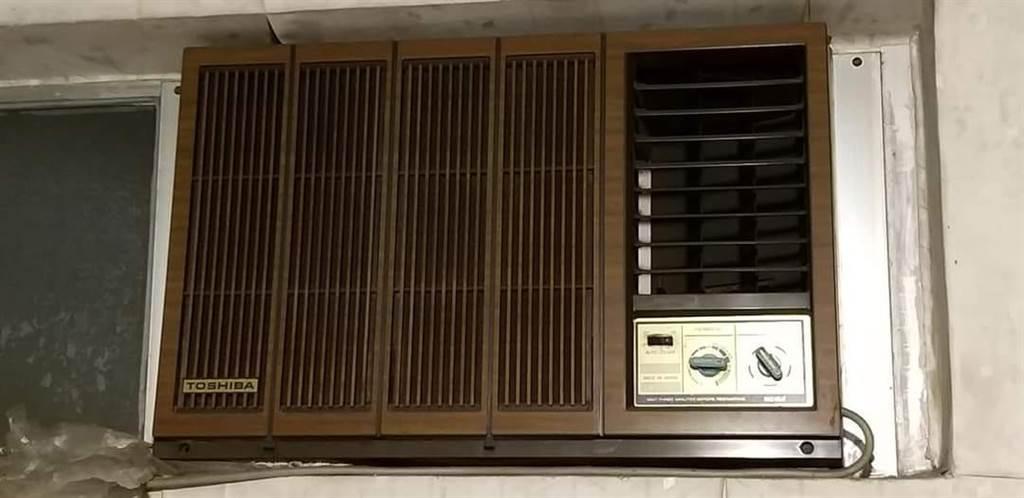 網友想開啟窗型冷氣吹涼,不少人得之後紛紛勸阻,表示電費會很驚人。(圖翻攝自/爆廢公社公開版)